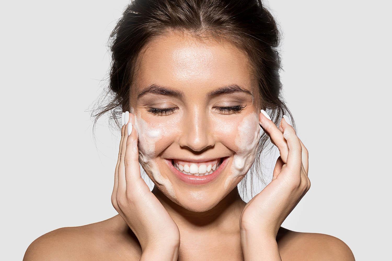 lachend meisje met zeep in gezicht
